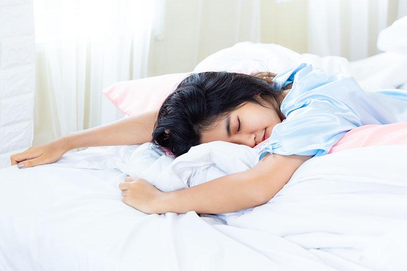 วิธีขจัดคราบเหลืองบนที่นอน ให้ดูขาวสะอาดใสเหมือนเดิม